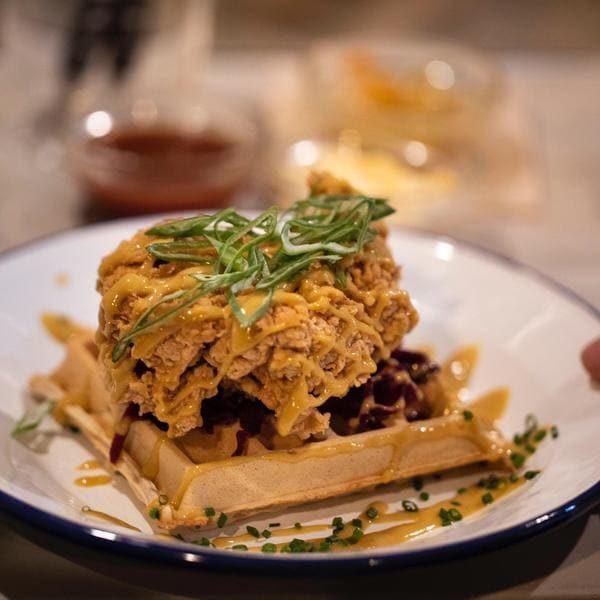 Pechuga pollo sobre waffle casero